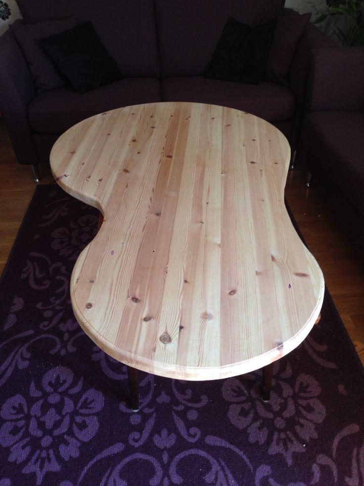 Ett gammalt köksbord kontursågas och används till soffbord.