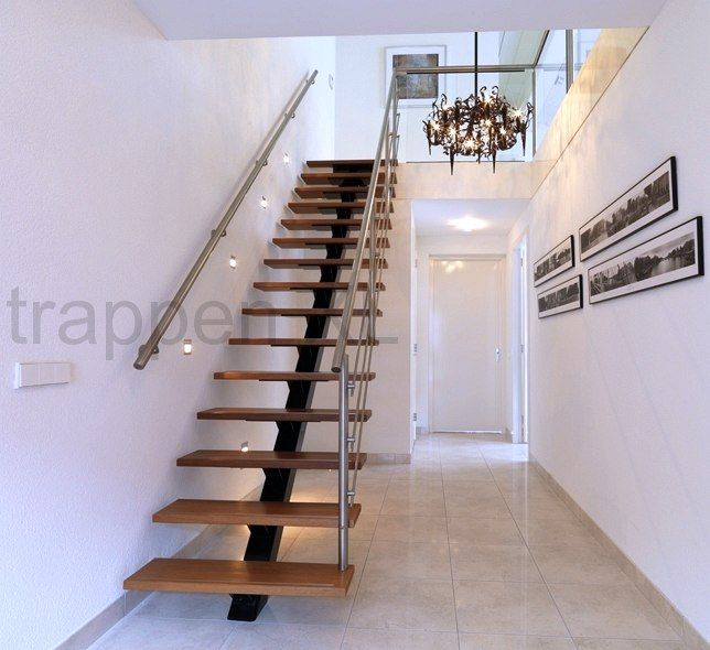 Rechte middenboomtrap met houten treden. #Moderne_trap, #Stalen_middenboom