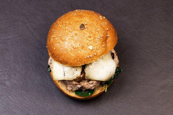 "#BourRabbit #bourmet #hamburger #burger #slowfood #foodporn #foodie #pesaro #wepesaro #streetfood #stillife #stillifephotography  • Spinaci saltati • Coniglio con scorza d'arancia • Olive taggiasche • Formaggio ""Mucchino"" fuso SanPatrignano"