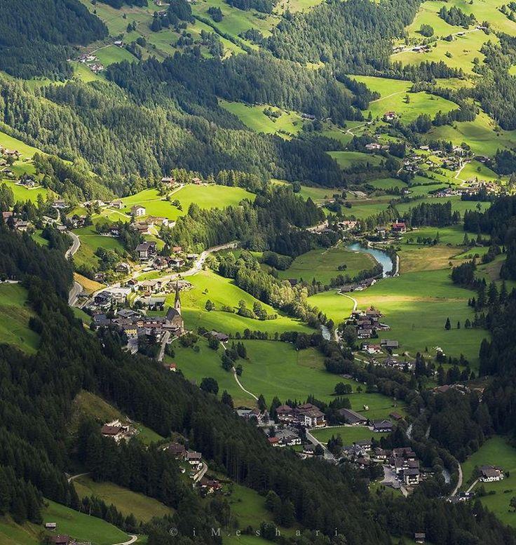  النمسا . قرية Heiligenblut am Großglockner . تم التقاط الصورة من طريق جروس جلوكنير المؤدي إلى قمة جروس جلوكنير النمساوية . في طريقك لهذه القمة الواقعة على ارتفاع 3798 م فوق مستوى سطح البحر سترى الكثير من المناظر الجميلة و البديعة فلهذا الطريق متعة مختلفة . أنصح كل شخص قريب من زلمسي أو حتى لو كان بعيد قليلا عنها أن يخصص يوم و وقت لزيارة هذه القمة مرورا بهذا الطريق الممتع الذي يمتد لمسافة 48 كيلومتر . ❗️الشارع خطر نوعاً ما وأغلبه منحدرات فقد لا يناسب البعض من الناس . إحداثية المدخل . 47.1...