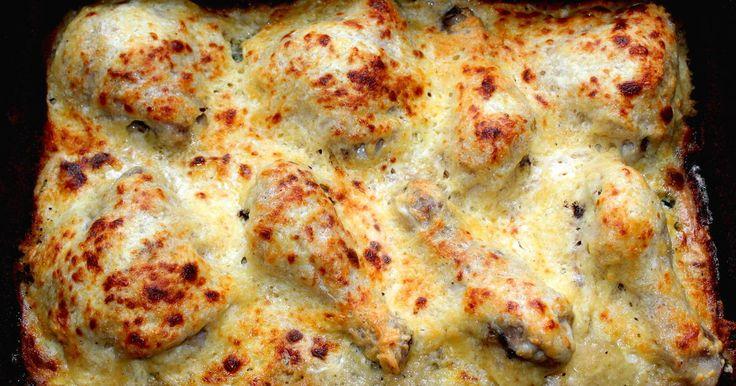 Mennyei Sajtbundában sült csirkecomb recept! A sajtbundában sült csirkecomb egy régi családi recept, amit leginkább akkor szoktam elkészíteni, amikor vendégeket várok. Nem kell órákat a tűzhely mellett állni, hogy valami finomat varázsoljunk az asztalra, így foglalkozhatunk közben a többi fogással. Csirkecomb helyett készíthetjük úgy is, hogy egy egész csirkét darabolunk fel, de akár csirke, vagy pulykamellből is nagyon finom. :)
