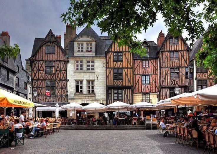 Place Plumereau, Tours, France : élue la 1ère place en France où il fait bon prendre l'apéritif !