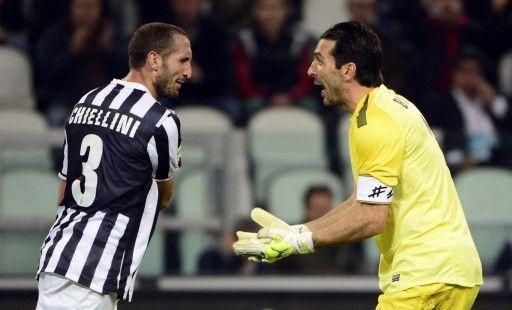 13-14イタリア・セリエA、ユベントス(Juventus)対カターニア(Calcio Catania)の試合で喜びを分かち合うジョルジョ・キエッリーニ(Giorgio Chiellini)とジャンルイジ・ブッフォン(Gianluigi Buffon、2013年10月30日撮影)。(c)AFP=時事/AFPBB News