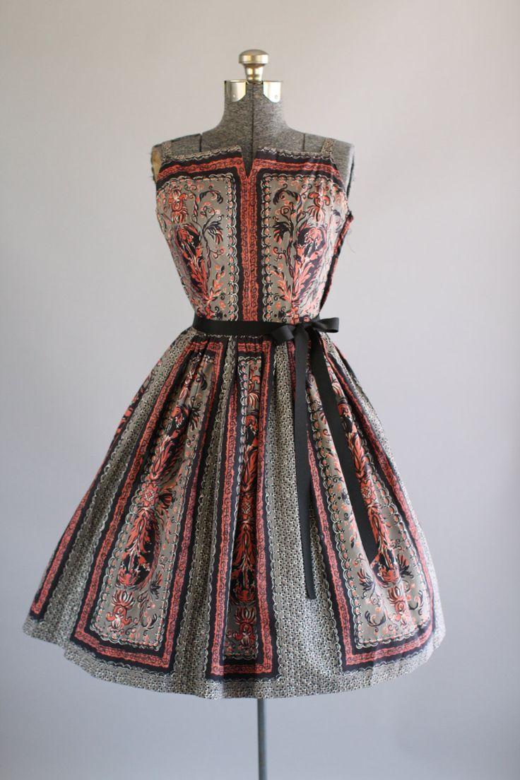 Deze jaren 1950 Samuels Jr. katoenen jurk beschikt over een prachtige bloemenprint in blauwtinten koraal en zwart op een grijze achtergrond.