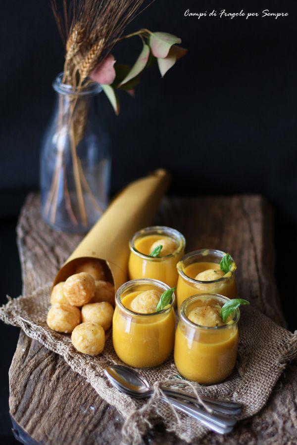 Crocchette di riso alla scamorza e limone su vellutata di zucca e carote