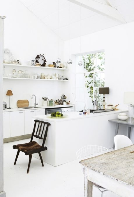 Det er stadig in at indrette sig hvidt i hvidt, og stylist Shelley Street har ramt trenden spot on. Her får du et enkelt kig indenfor i hendes minimalistiske oase fyldt med fodspor fra naturen.