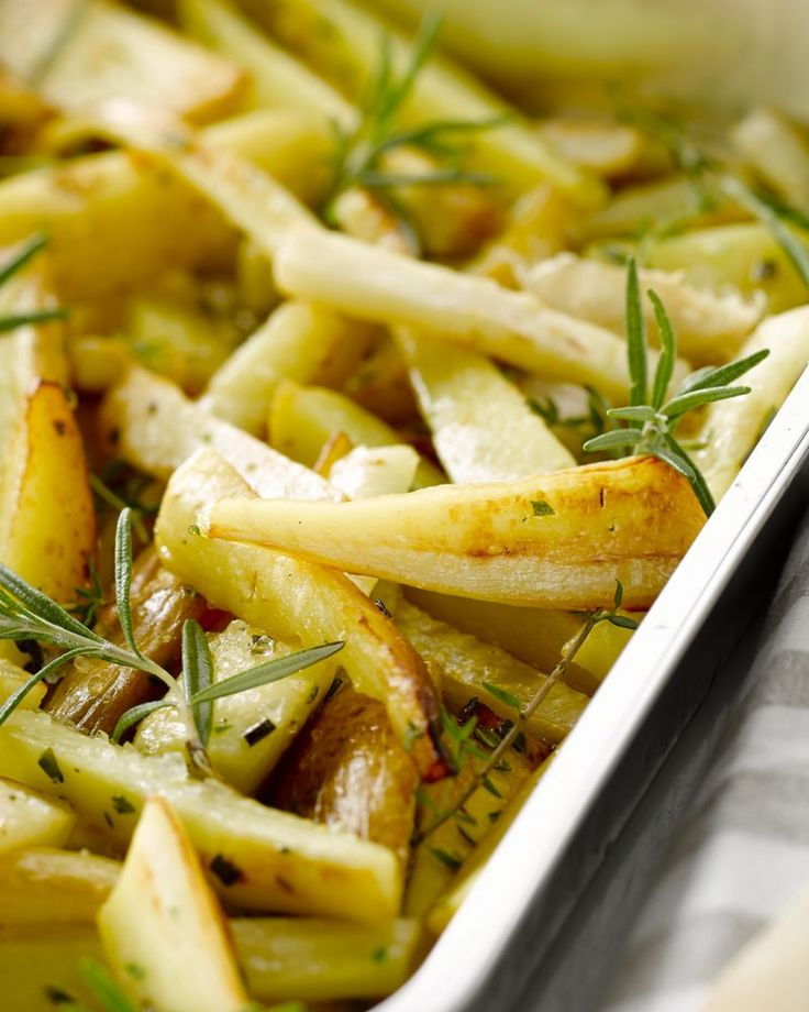 Je snijdt aardappelen, knolselder en pastinaak in frietjes, en gaart die in de oven. Een gezond alternatief op gewone frietjes, heerlijk bij geroosterd vlees!