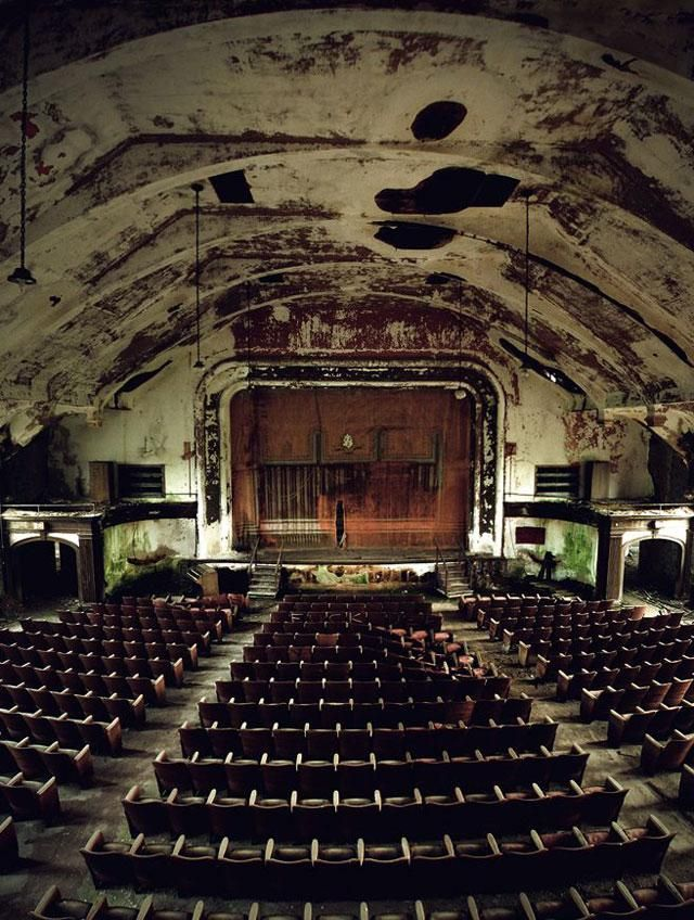 Spooky Abandoned Theater | united artists theater in the D