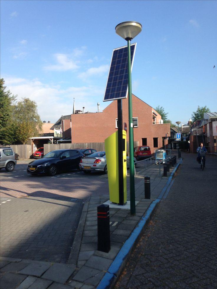 Apparaat waar je je autobanden mee op kunt pompen werkt op zonne energie