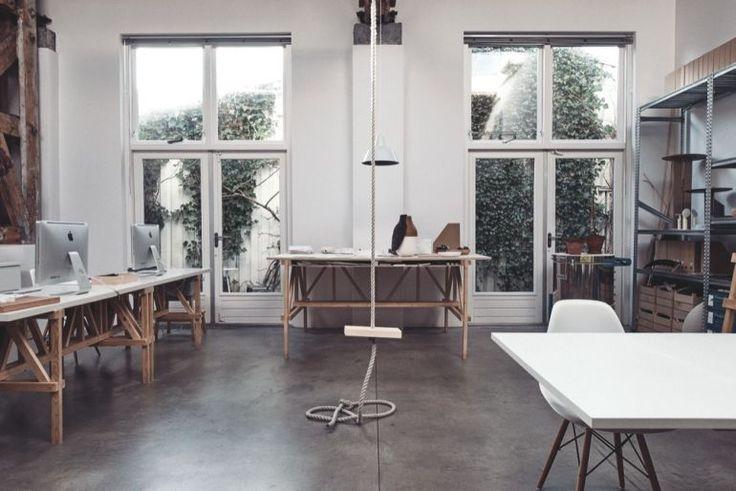 La nuova sede di Amsterdam di Studio Formafantasma. I tavoli in legno sono Autoprogettazione di Enzo Mari. Nel cuore del grande ambiente luminoso, i designer hanno installato una spartana altalena attaccata a una corda, per qualche momento di svago (Credits: Van Mossevelde + N)