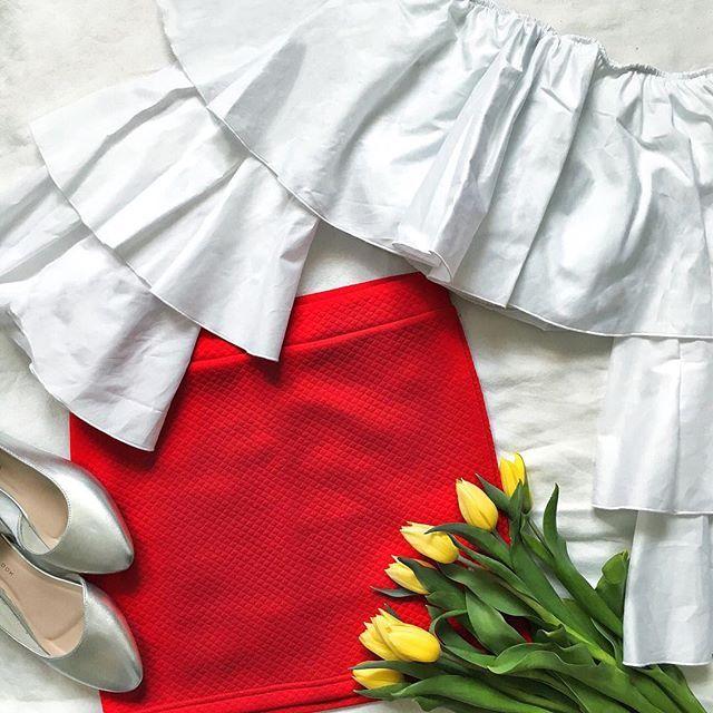 Summer calling ❤️ _____________________✿_____________________ . . . . _____________________✿_____________________ . #ootd #outfit #tulips #lalele #red #rosu #croptop #style #stylish #girly #stuff #lifestyle #trend #fashionista #fashionista #fashiongram #instadaily #instamood #picoftheday #bestoftheday #instafashion #blogger #silver #argint #skirt #fusta . _____________________✿_____________________