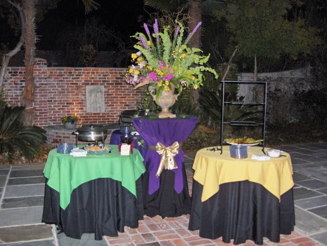 Mardi Gras buffet with colored table overlays in the garden. & 133 best Mardi Gras Decorations images on Pinterest | Mardi gras ...