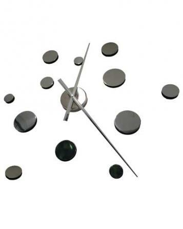 Praktické samolepící hodiny ve stříbrné barvě s výraznými kruhy v nepravidelném tvaru. Hodiny můžete umístit dle svých představ na plochu a vytvořit tak nevšední a stylový interiér. Hodinový strojek lze zavěsit na háček. Hodiny jsou nejen praktickým, ale především designovým doplňkem Vašeho interiéru.