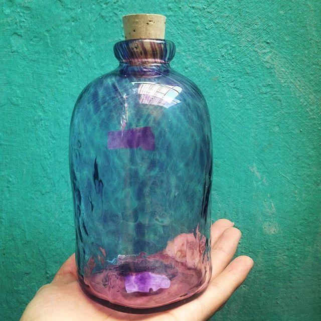Botella intensa @xaquixe / vidrio soplado hecho en Oaxaca mediante proceso sustentable. #xaquixe #oaxaca #diseño #mexicodiseña #artesanal #artesaniaoaxaca #foto #photo #picoftheday #fotografia