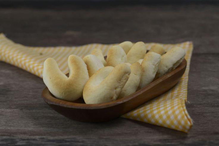 """""""A Chipa é uma daquelas receitas emblemáticas quando se pensa em Centro-Oeste do Brasil. Principalmente na região de fronteira com o Paraguai, pois esta receita é considerada o """"pão francês"""" para nossos vizinhos paraguaios. A receita da chipa é fácil de fazer e o resultado é delicioso. Comer chipinhas logo depois do forno acompanhadas de um cafezinho coado na hora é daqueles prazeres que combinam com dias quentes do verão e os tempos de férias em família. Aprecie a comida brasileira e um…"""