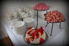 Vaaleanpunaisia macaronseja ja vaahtokarkkeja.