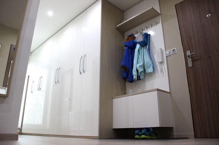 Na šatní skříň Hanák plynule navazuje předsíňová stěna ve stejném provedení.