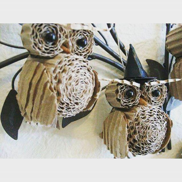#mulpix Nuevo Diy para Halloween. En esta ocasión vamos ha hacer búhos con cartón corrugado. Para ello tenemos que cortar tiras de cartón y enrollarlo entre si para darle la forma a los ojos y al cuerpo. Solo nos faltará hacer un par de alas y decorarlo con los ojos y el gorro. Me parecen muy divertidos y seguro que van a gustar a grandes y pequeños.  #buho  #carton  #halloween  #decoración  #decorandolacasa  #casa  #fácil  #bonito  #original  #ideas  #ideas  #handmade  #diy  #doityourself…