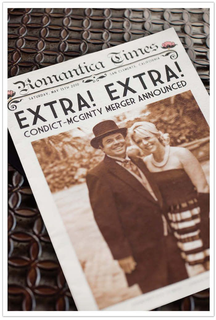 Vintage Hochzeitszeitung Ideen mit dem Brautpaar in altmodische Kleider fotografiert