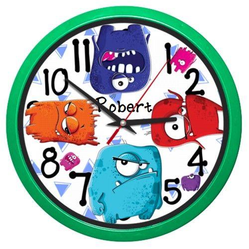 Ceas de perete Monstruleti haiosi    Ceas de perete cu monstruleti haiosi. Poate fi personalizat adaugand numele ei/lui.