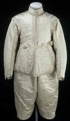 Gibão e calções, cetim, Inglaterra, 1630-1649. O gibão era a peça principal no guarda-roupas masculino; era sinal de sofisticação. Possui volume, cores metalizadas.