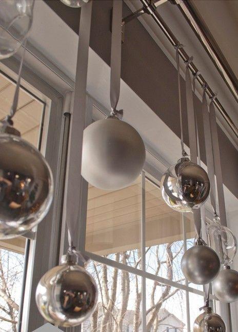 Елочные шары на ленточках подвешенные на карниз для штор. .