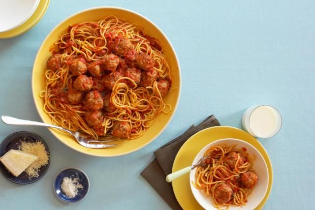 Completely Crockpot Spaghetti and Meatballs cooks everything in the crockpot - even the spaghetti!