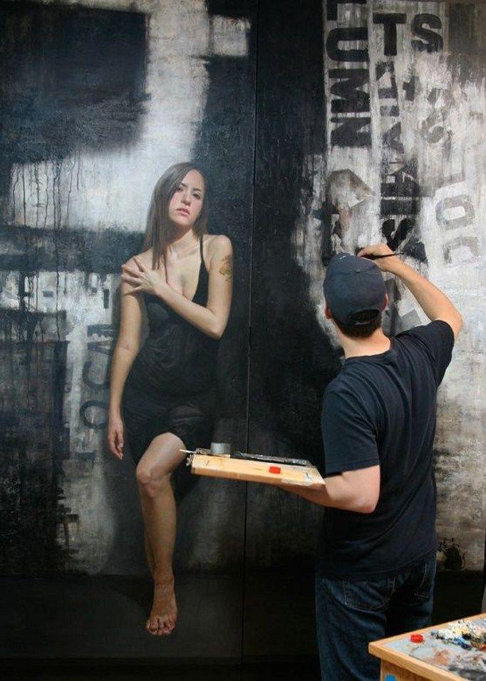 Pinturas hiperrealistas em paredes.
