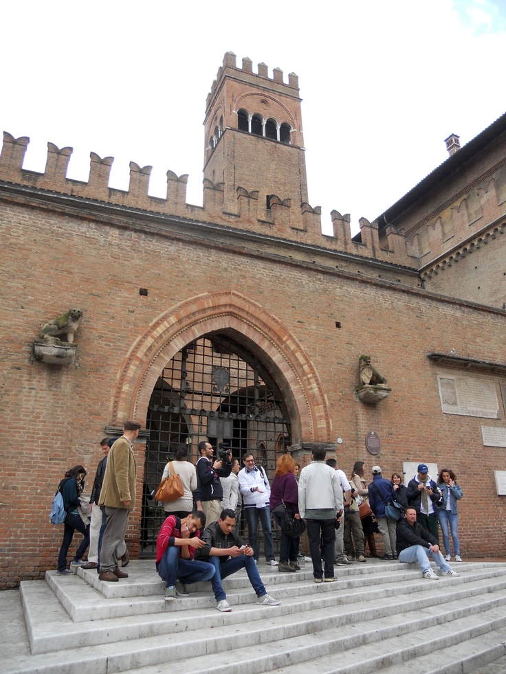 #invasionidigitali #tourdelletorri all'entrata di Palazzo re Enzo