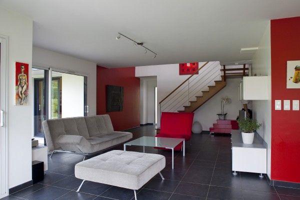 Salon vue mur rouge