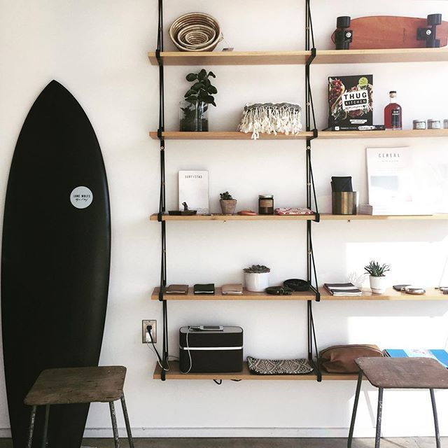 If you like interior design and you happen to be a surfer at the same time you always have a great decoration piece at hand, fits very well with the rest of the image, so does the small skateboard