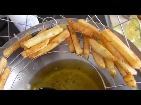 Затем наливают растительное масло в глубокую сковороду или фритюрницу, в таком количестве, чтобы картофель во время жарки свободно в нем плавал, и порциями обжаривают в нем картофельные ломтики.