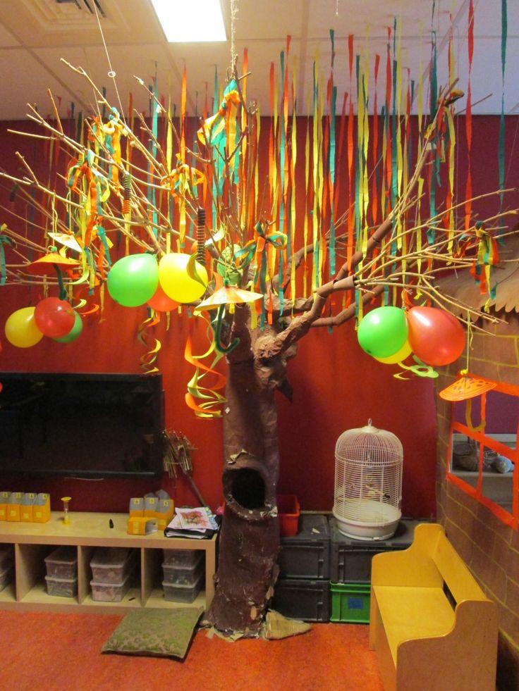 Klasversiering -Een kale boom die je leuk kan versieren per dag/thema/gebeurtenis