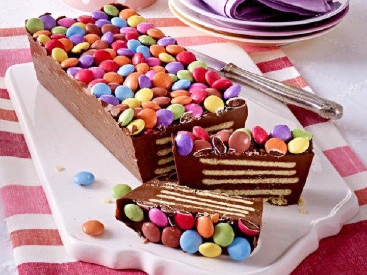 Színes születésnapi torta sütés nélkül