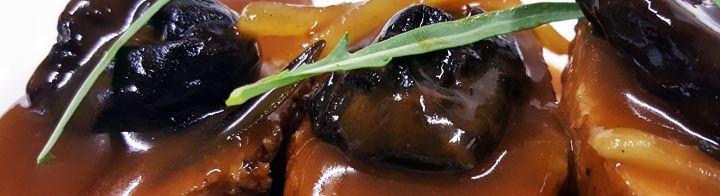 Χοιρινό με βιολογικά δαμάσκηναΥλικά:-1 κιλό χοιρινό-1 μεγάλο κρεμμύδι ροδέλες-250γρ δαμάσκηνα-Χυμό από 2 πορτοκάλια-1 ποτήρι κονιάκ-αλάτι, πιπέρι-2 φύλλα δάφνηςΕκτέλεση:Πλένουμε καλά το χοιρινό και το τεμαχίζουμε.Το σοτάρουμε και ρίχνουμε το κρεμμύδι, σβήνουμε με κονιάκ και το αφήνουμε να βράσει για 5 λεπτά. Μετά ρίχνουμε το αλάτι και το πιπέρι, λίγο νερό και ...