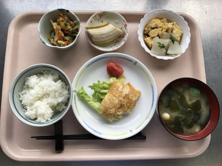 4月24日。白身魚の黄金焼き、ひりょうず、切干し中華サラダ、里芋と揚げの味噌汁、バナナでした!ひりょうずがアッサリしてて、特に美味しかったです!596カロリーです