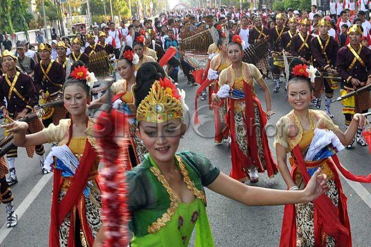 Kirab Seni dan Budaya HUT Bank Jateng http://sin.do/cSWp  http://photo.sindonews.com/view/11858/kirab-seni-dan-budaya-hut-bank-jateng