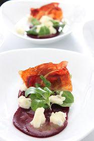 Sunday Lunch - Starter: Rote-Beete-Carpaccio mit Gorgonzoladressing, Vogerlsalat und krossem Südtiroler Speck