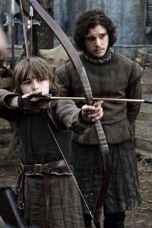 Bran Stark y Jon Nieve, practicando el tiro con arco.  Invernalia -Temporada 1