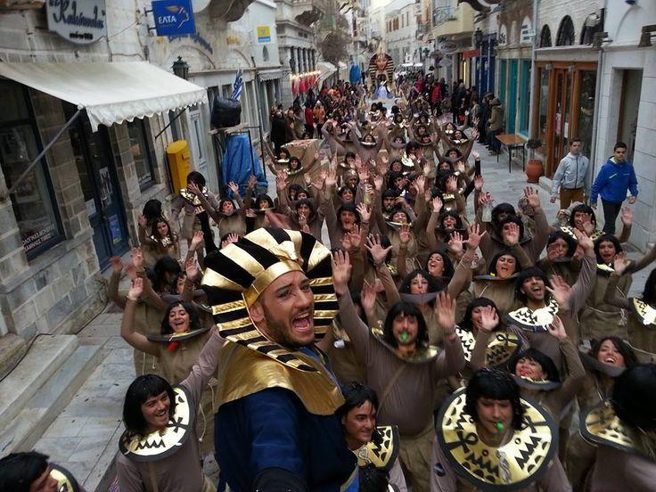 καρναβάλι στη Σύρο με επισκέπτες απο όλα τα μέρη της Γης!! Αυτοί ήρθαν από το κάιρο και αποφάσισαν να κάνουν.... Σύνδεση με Κάιρο!!!!!!!!!!!!
