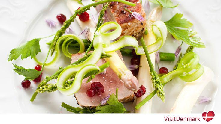 La capitale danese, ormai mecca globale per la cucina, sta offrendo esperienze culinarie tra le più in voga al momento e quest'anno i ristoranti hanno raggiunto 18 stelle Michelin, mantenendo perci...