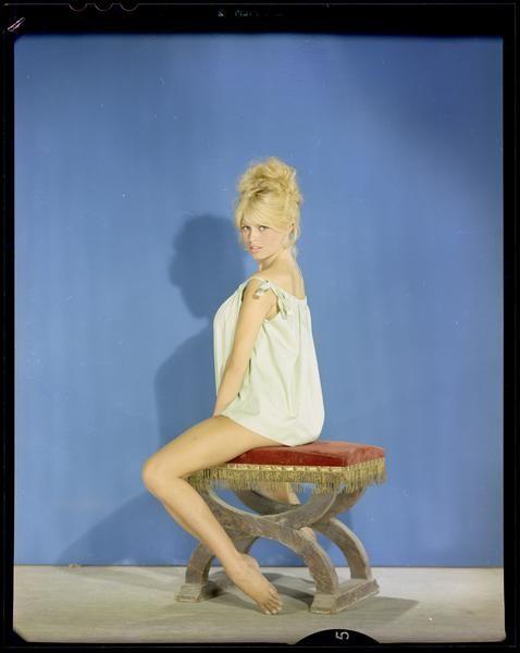 Sam Lévin, Brigitte Bardot en robe de coton, 1959 Positif transparent couleur sur support souple  Donation Sam Lévin, Ministère de la Culture (France) - Médiathèque de l'architecture et du patrimoine - Diffusion RMN