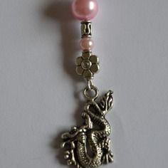 Pendentif dragon et douces perles roses