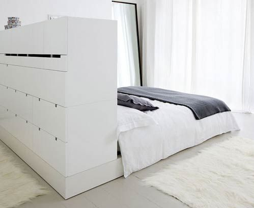 Walk-in / dressing derrière le lit