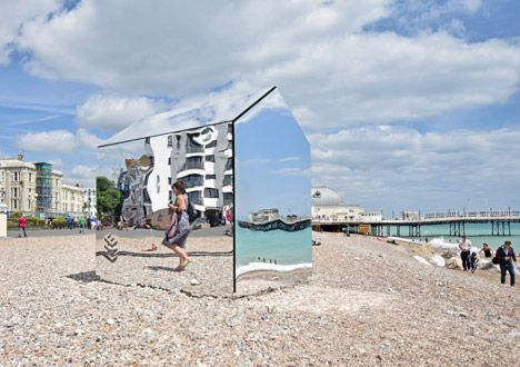 Mirrored beach hut installed on the English coast.