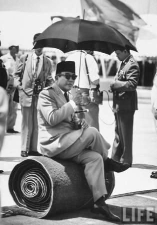 soekarno with umbrella