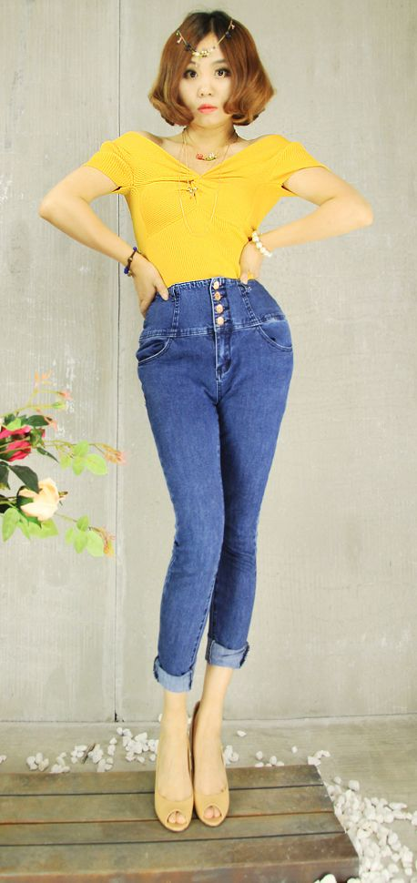 Last pic today. A V neck short sleeve knitted top and high waist denim legging. Perfect X shape.