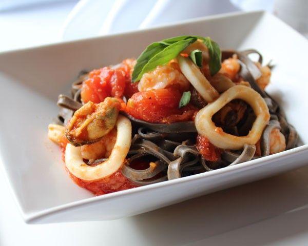 Aprenda a fazer uma massa com frutos do mar em 25 minutos - Marie Claire | Lifestyle