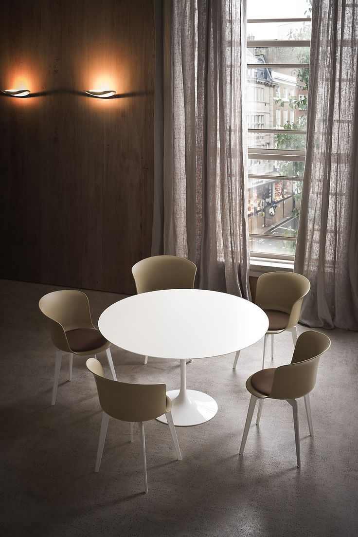 Sedie e tavoli che arrotondano gli spigoli / Chairs and tables that rounded corners photo auber.it