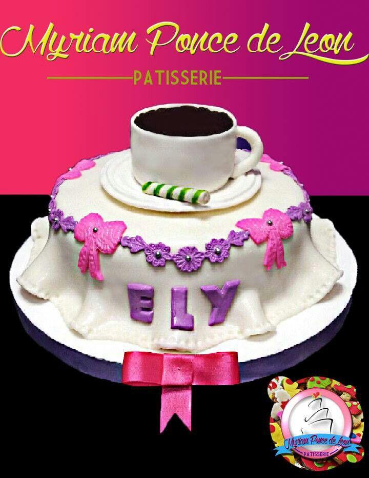 Cake con taza de chocolate